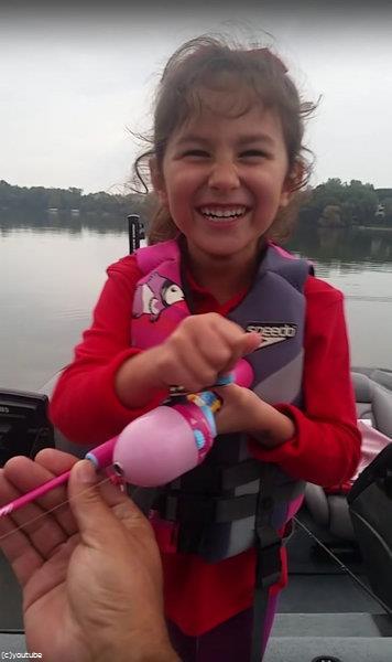 おもちゃの釣竿で大物を釣り03