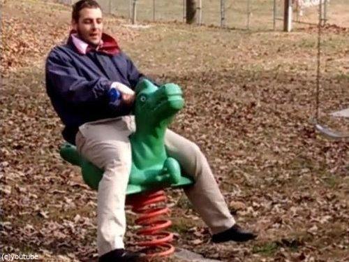 大人が公園の遊具で遊ぶべきではない理由01