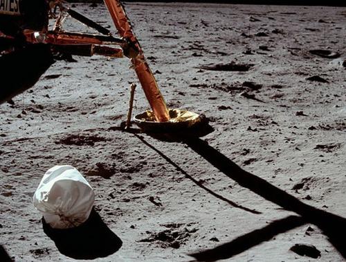 月面の遺留品05