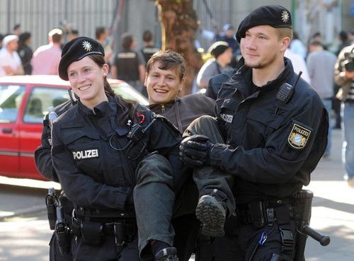ドイツの警官と抗議者01