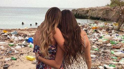 2人組の女の子の背景をビーチに03