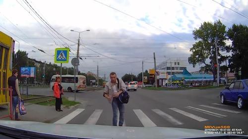 ロシアでは歩行者が車をはねる02