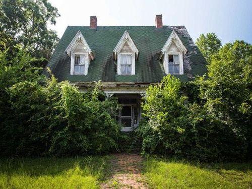 30年前に廃墟となったアメリカの屋敷00