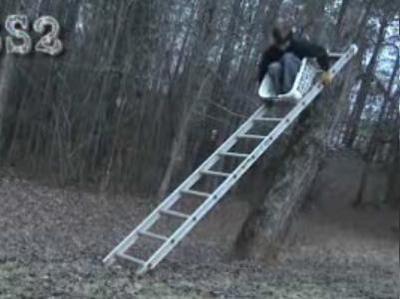 はしごで滑り台をしてみる→派手に大失敗02