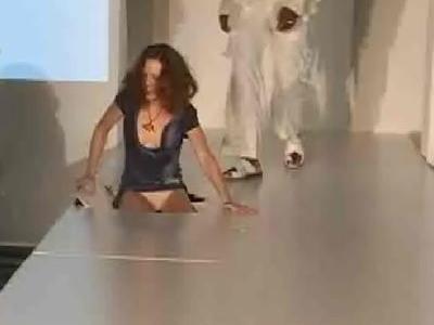 ファッションモデルが大穴に落っこちてスカートがめくれ上がる