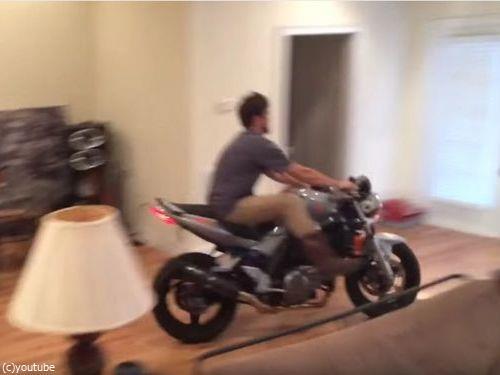 家の中でバイクのウイリーに挑戦しないほうがいい02