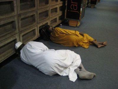 空港で眠りこける人々10