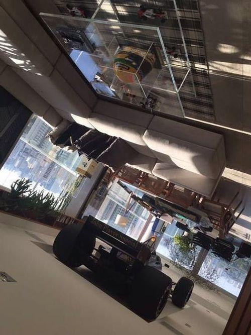 F1マシンを「マンションの天井の装飾」07