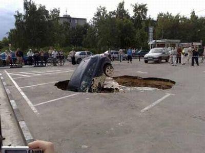 ロシアの駐車場で沈んでいく車01