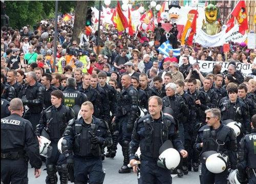 ドイツのデモで警察がエスコート01
