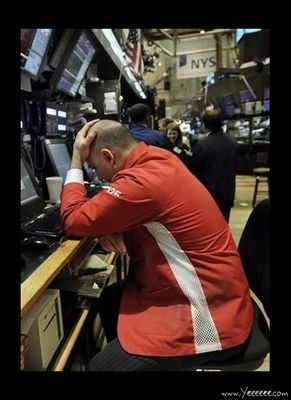 職場で嘆く男たち…金融危機の悲劇22
