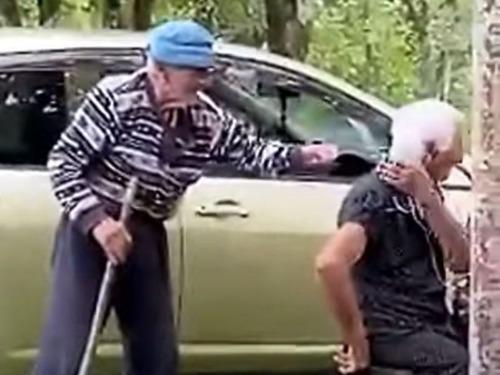 おじいちゃんがおばあちゃんにイタズラ
