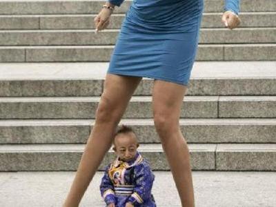 世界一足の長い女性と世界一小さな男性TOP