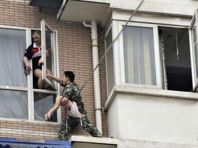 八階から落とされそうな少女を救出03