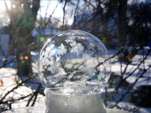 大きなシャボン玉が凍る02