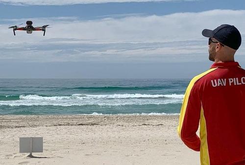 ドローンの警告でサメを回避したサーファー06