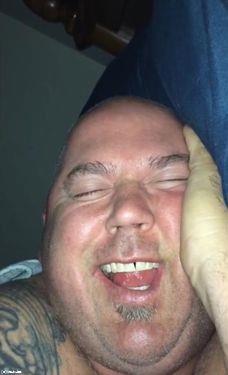 寝ながら大爆笑する夫05