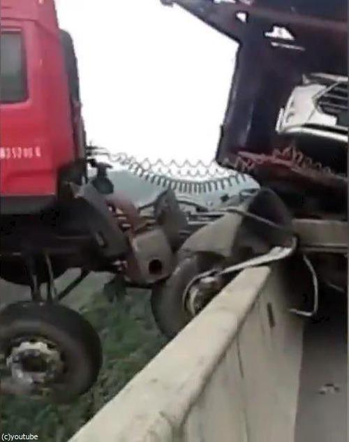 トラックの事故01