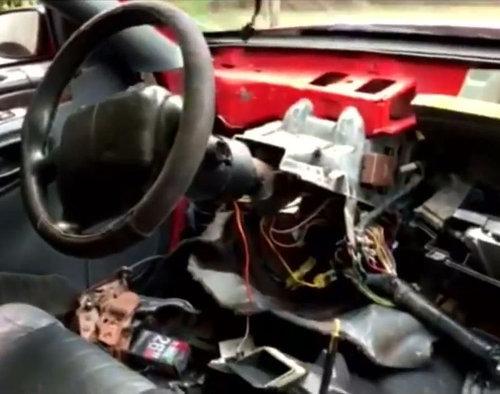 車を破壊して子猫を救出03