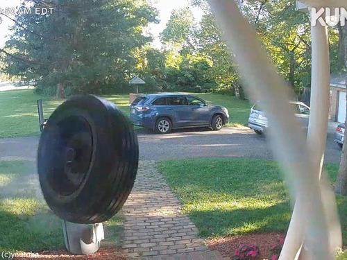 時速100kmでタイヤが家の玄関に衝突00