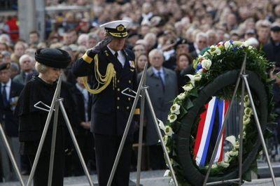 戦没者追悼式でパニック01