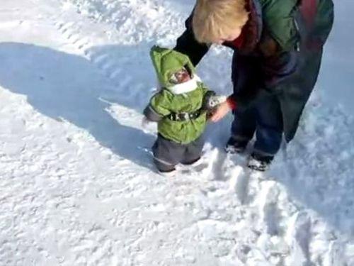 雪にはしゃぐ子ザル01