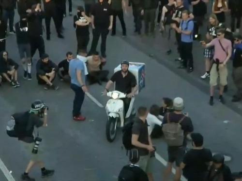 G20のデモ衝突のど真ん中にピザ配達02