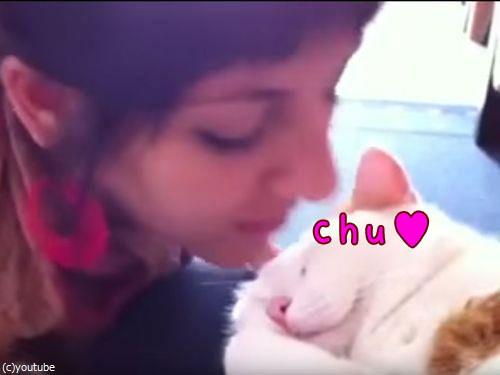 女性「チュッ」猫「ニャッ」00