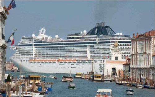 ベネチアの街中から豪華客船を見ると03