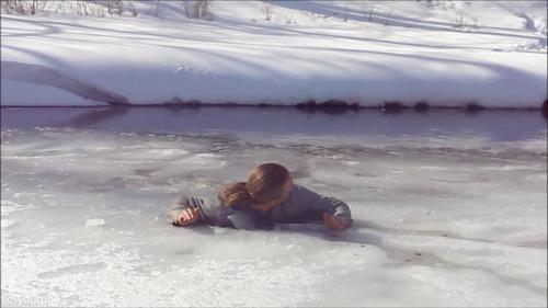 足元の氷が割れて落ちたときに這い上がる方法…08