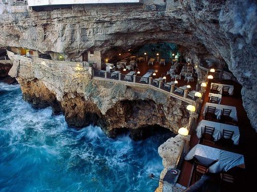 イタリアの海に面した洞窟レストラン01