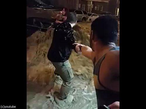 メリーランド州の大洪水、人間チェーンを作って人命救助07