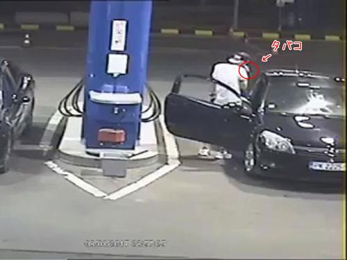 ガソリンスタンドでタバコを吸う客00