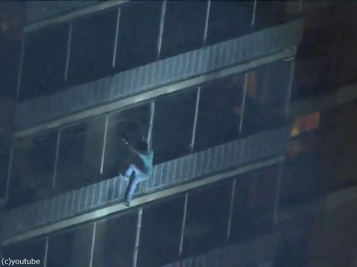 19階建て火災から壁伝いに降りる02