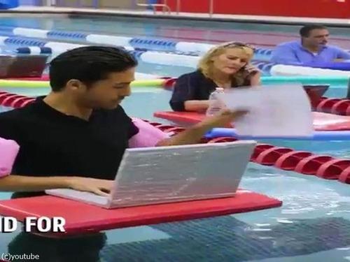 プールで仕事01