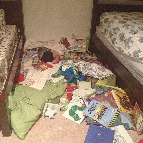 子供たちはどこでも寝る05