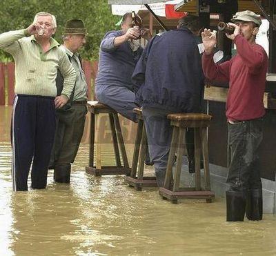 水害時にたくましく楽しむ人々11