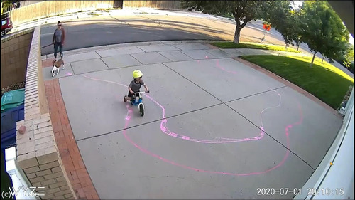 ガレージ前でモーションセンサーに映る子供05