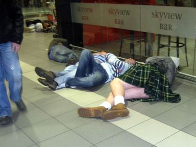 空港で眠りこける人々18