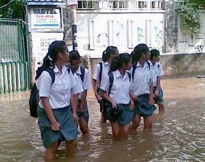 水害時にたくましく楽しむ人々05