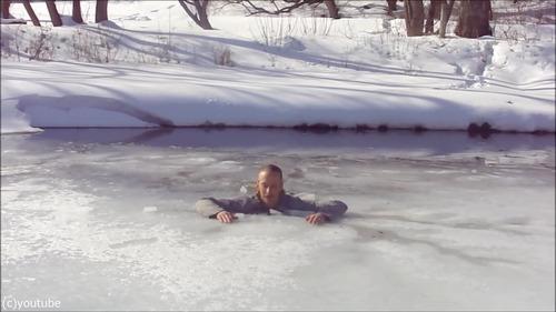 足元の氷が割れて落ちたときに這い上がる方法…05