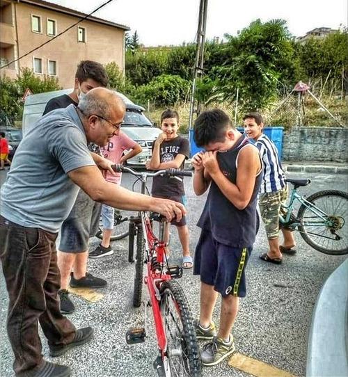 少年の自転車のブレーキが壊れて車にぶつかった01