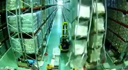 チーズ工場の棚が大崩れ01