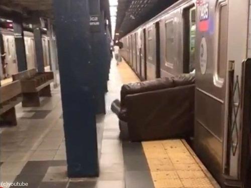 ニューヨーク地下鉄だけ…ソファの運び方04