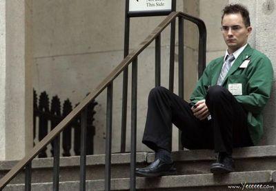 職場で嘆く男たち…金融危機の悲劇23