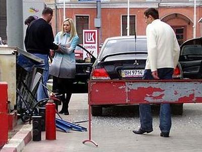 金髪女性とガソリンスタンドの対決06