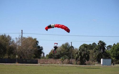 スカイダイバーと飛行機が衝突01