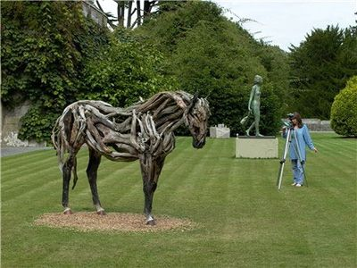 枯れ木で造られた馬のアート18