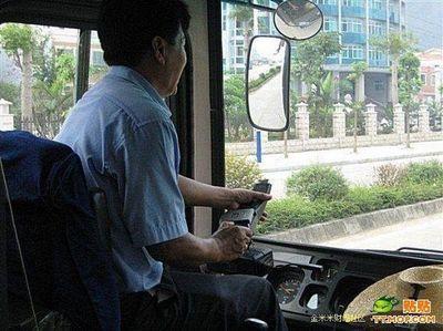 ハンドル外した中国バス運転手03