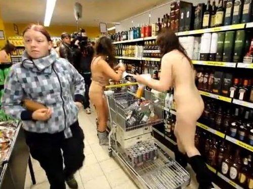 裸でビールをもらいにいくデンマーク人たち01